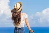 沖縄を旅する若い女性