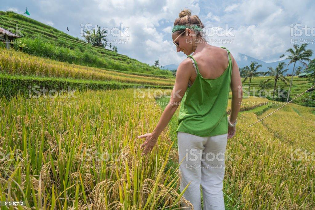 Joven Tocando El Cultivo De Arroz En Terraza De Arroz Bali