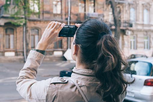 Jonge Vrouw Toerist Nemen Fotos Van Oude Architectuur Tijdens Het Reizen Stockfoto en meer beelden van Activiteit - Bewegen