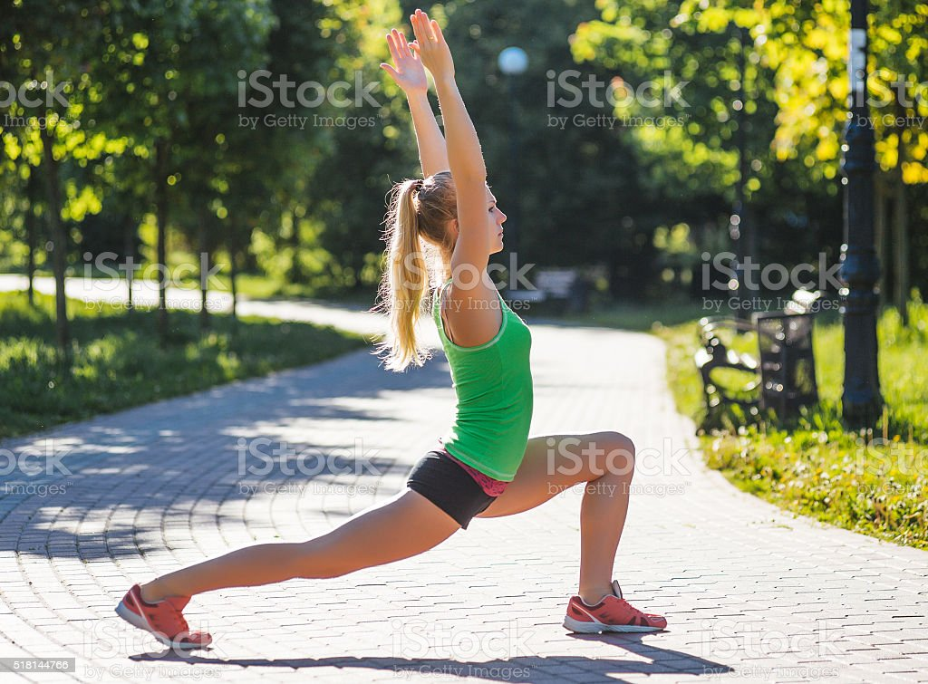 Młoda kobieta szkolenia w parku Miasto parku w letni dzień – zdjęcie