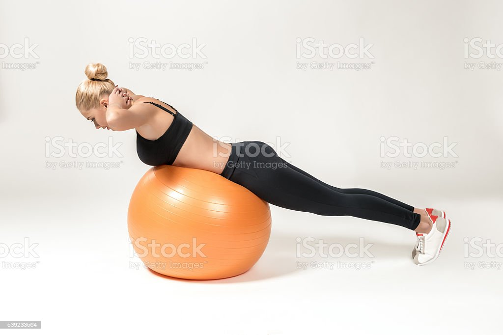 Jovem treinando com fitball foto royalty-free