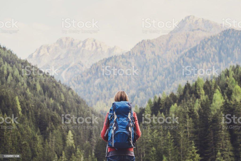 Junge Frau Reisenden in einem Bergen - Lizenzfrei Abenteuer Stock-Foto