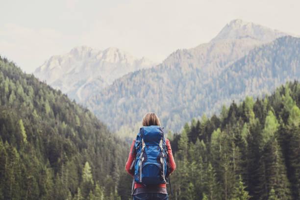 viajero mujer joven en una montaña - excursionismo fotografías e imágenes de stock