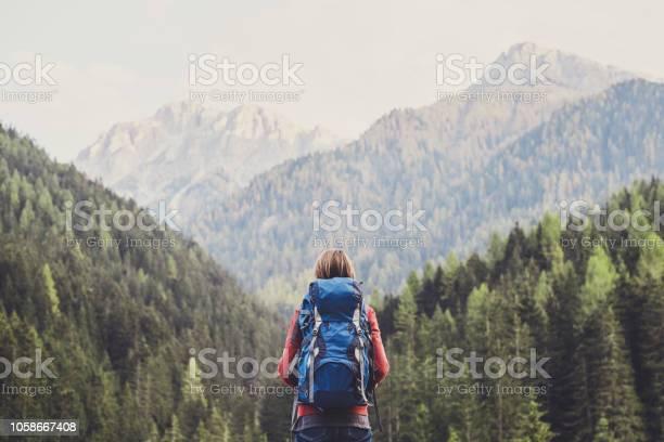 Junge Frau Reisenden In Einem Bergen Stockfoto und mehr Bilder von Abenteuer