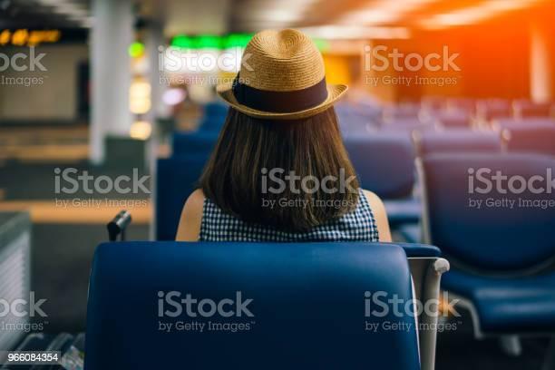 Ung Kvinna Resenären Sitter På Stol Av Passagerare I En Flygplatslounge Väntar Flyg Flygplan-foton och fler bilder på Bagage