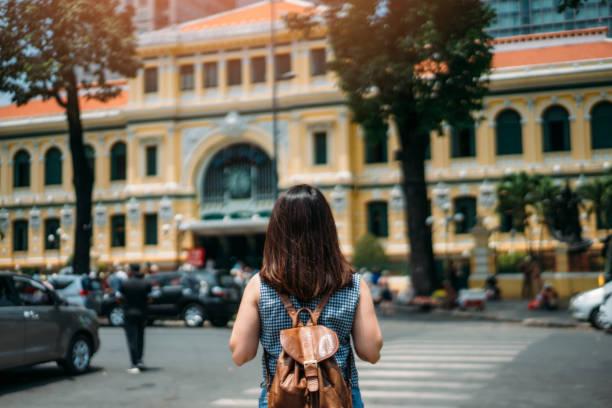 junge frau reist in saigon central post office weiter in ho-chi-minh in vietnam - markenuhren damen stock-fotos und bilder