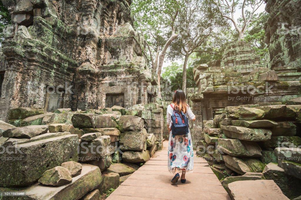 Junge Frau Reisenden Besuch ta Prohm Tempel in Angkor Wat Komplex, Khmer-Architektur-Erbe in Siem Reap, Kambodscha – Foto