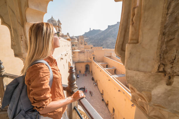 Junge Frau in Indien Reisen antiken Tempel in Jaipur, Indien zu betrachten – Foto