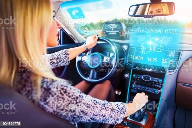 Junge Frau Im Auto Selbstfahrer Reisen Stockfoto und mehr Bilder von Armaturenbrett