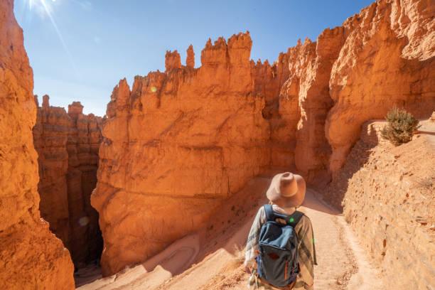 Die junge Frau reist durch den Bryce Canyon Nationalpark in Utah, USA, Menschen reisen, um die Natur zu erkunden. Mädchenwandern in roten Felsformationen – Foto