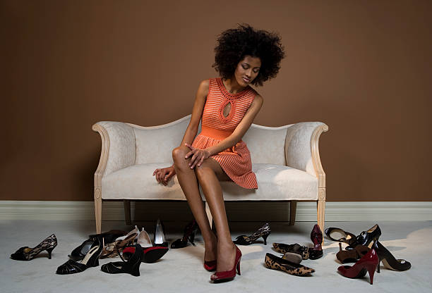 Junge Frau versucht auf Schuhe – Foto