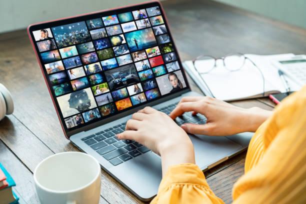 junge frau mit einem laptop. grafiker. ux design. - desktop foto stock-fotos und bilder