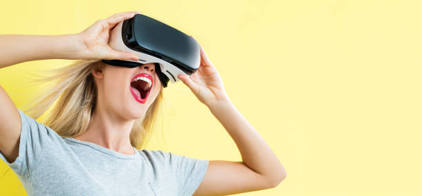 仮想現実のヘッドセットを使用して若い女性 ストックフォト