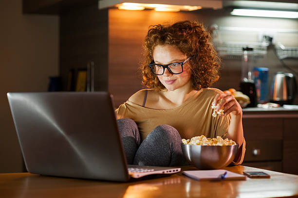 Mujer joven con ordenador  - foto de stock