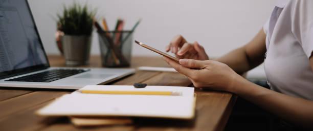 Junge Frau mit digitalen Tablet und Computer für das Studium oder die Arbeit online zu Hause – Foto