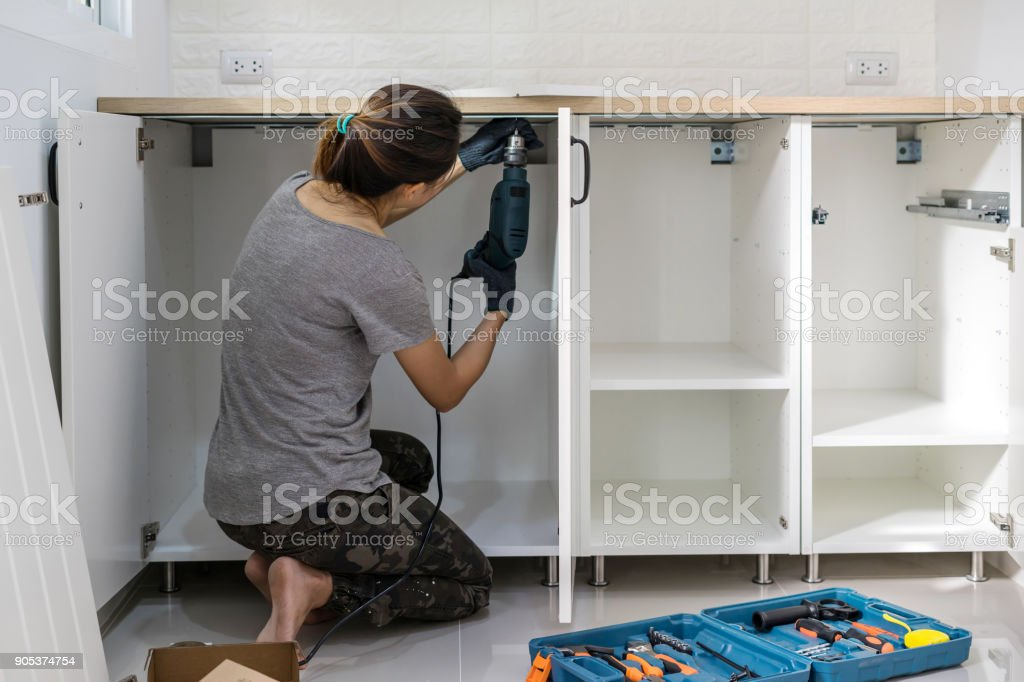 Junge Frau mit Elektro-Schrauber, installation – Foto