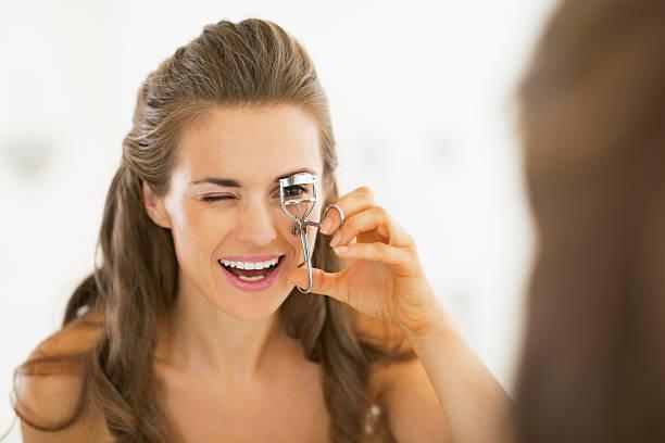 젊은 여자 사용하여 속눈썹 컬러 욕실 - 속눈썹 컬러 뉴스 사진 이미지