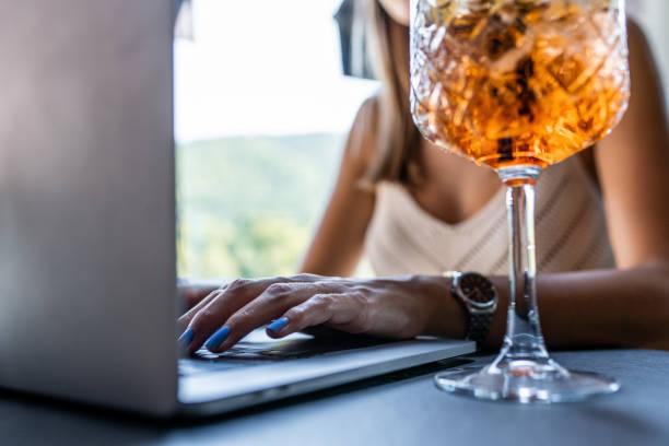 Junge Frau mit Laptop und Trinken Aperitif – Foto