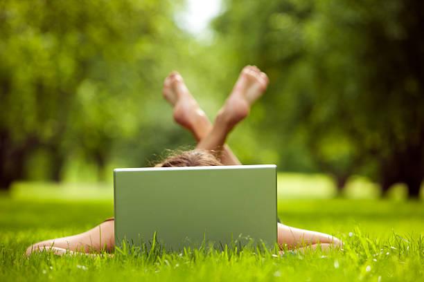 Junge Frau mit laptop im park – Foto
