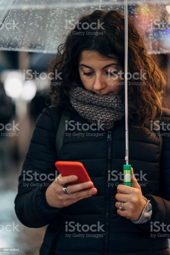 Young Woman Using Mobile Phone In The City Lizenzfreies stock-foto