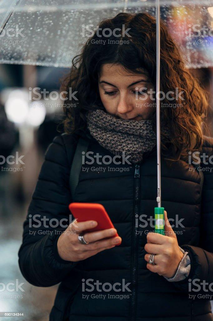Junge Frau mit Handy In der Stadt Lizenzfreies stock-foto