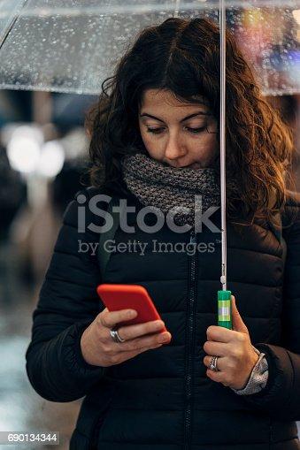Junge Frau Mit Handy In Der Stadt Stock-Fotografie und mehr Bilder von 30-34 Jahre