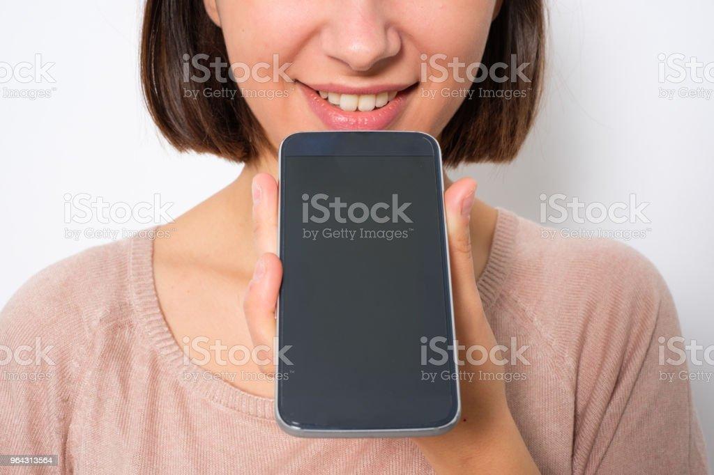 Jovem mulher usando assistente vocal telefone e envio de mensagem vocal - foto de acervo