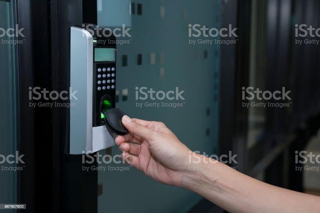junge Frau mit RFID-Tag-Taste zum Öffnen der Tür – Foto