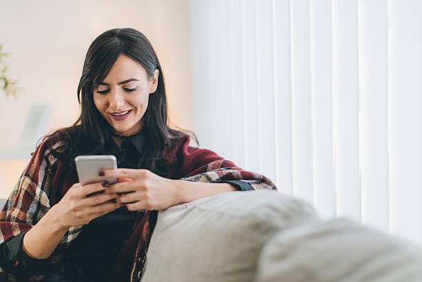 junge frau mit smartphone  - möbel 24 online stock-fotos und bilder