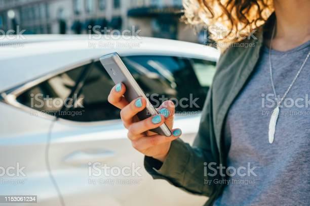 Foto de Mulher Nova Que Usa O Telefone Esperto Que Está Na Rua e mais fotos de stock de Adulto