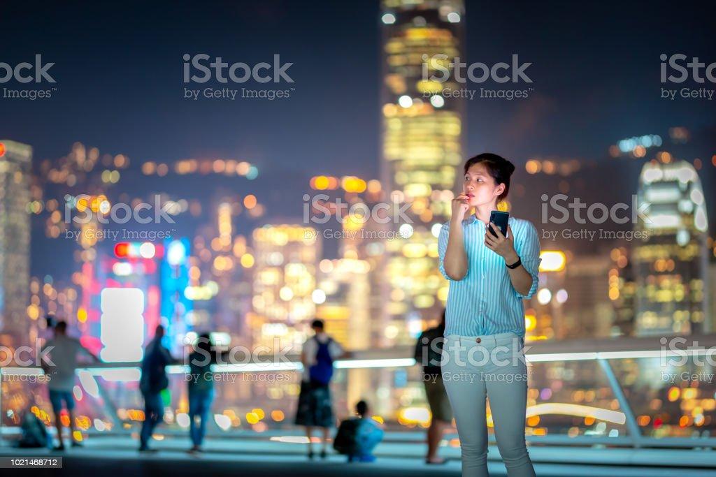 Junge Frau mit Smartphone in der Nacht – Foto