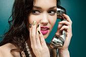 ビンテージの電話を使用して若い女性