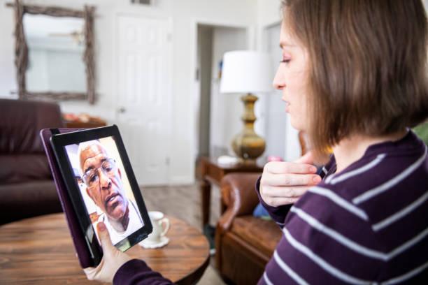 Junge Frau VideoAnruf mit Ärzten – Foto