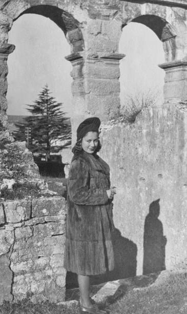 young woman visiting colosseum in rome in 1939 - colosseo 1900 foto e immagini stock