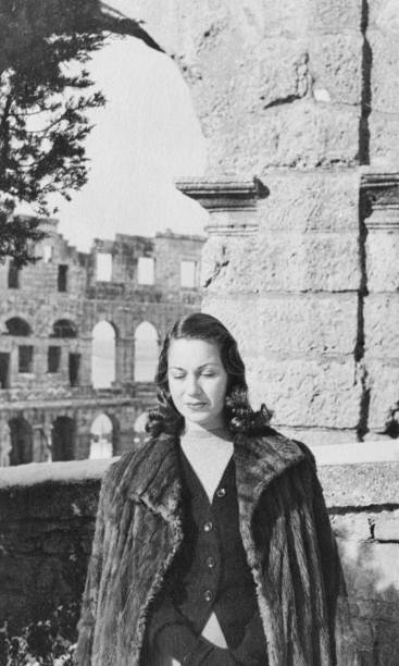Young woman visiting Colosseum in Rome in 1939 - foto stock