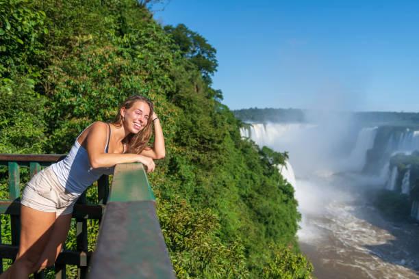 Junge Frau besucht Iguazu-Fälle in Brasilien – Foto