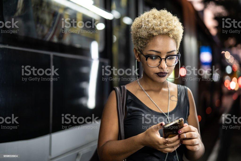 Mujer joven esperando el transporte público o Taxi - Foto de stock de 20 a 29 años libre de derechos