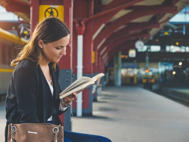 ung kvinna väntar på tåget - waiting for a train sweden bildbanksfoton och bilder