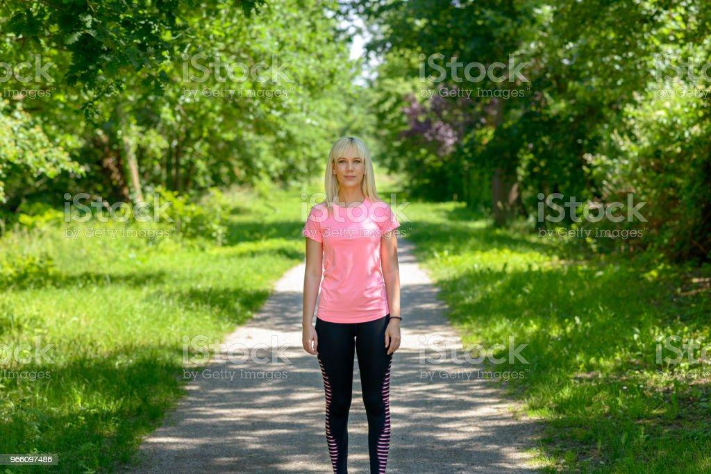 Junge Frau, die darauf warten, anfangen zu laufen - Lizenzfrei Aktiver Lebensstil Stock-Foto