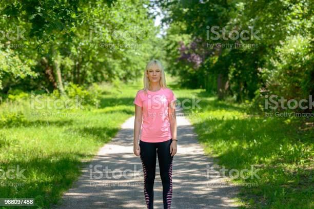 Junge Frau Die Darauf Warten Anfangen Zu Laufen Stockfoto und mehr Bilder von Aktiver Lebensstil