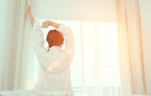 Genç Kadın Uyan Sabah Ve Pencere Kapı Yan Rahatlatıcı Tatil Ile Güneş Işığı Geri Yatakta Görünümü Oturan Stok Fotoğraflar & Aktif Hayat Tarzı'nin Daha Fazla Resimleri