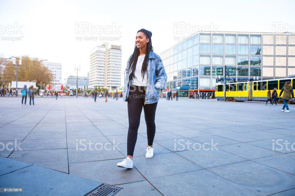 Junge Frau Fuß in Berlin-Alexanderplatz – Foto