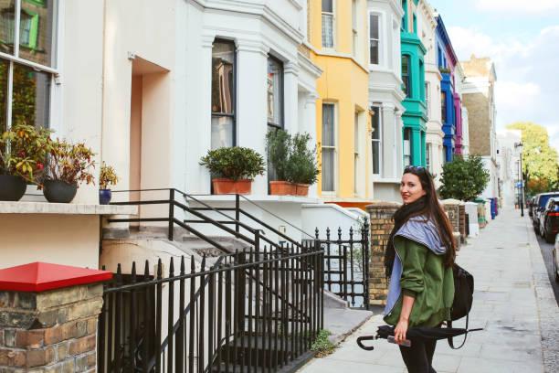 jonge vrouw lopen in londen notting hill - zwarte spijkerbroek stockfoto's en -beelden