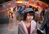 市場の屋台で歩く若い女性