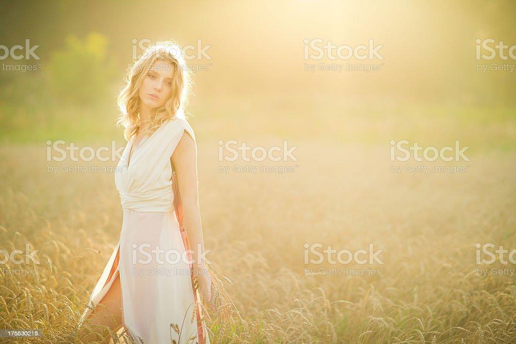 Молодая женщина, ходить в поле пшеницы стоковое фото