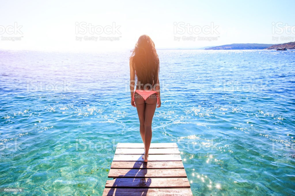 Young woman walking on pier - foto stock