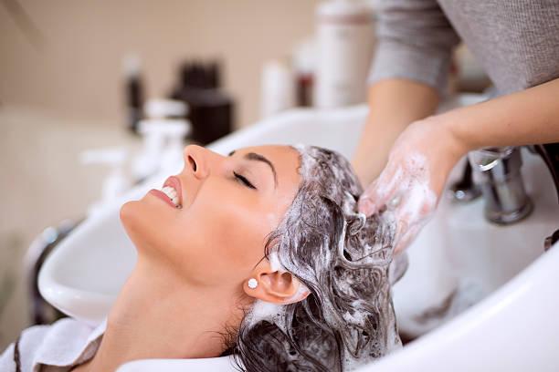 若い女性の洗髪のサロン - 美容院 ストックフォトと画像