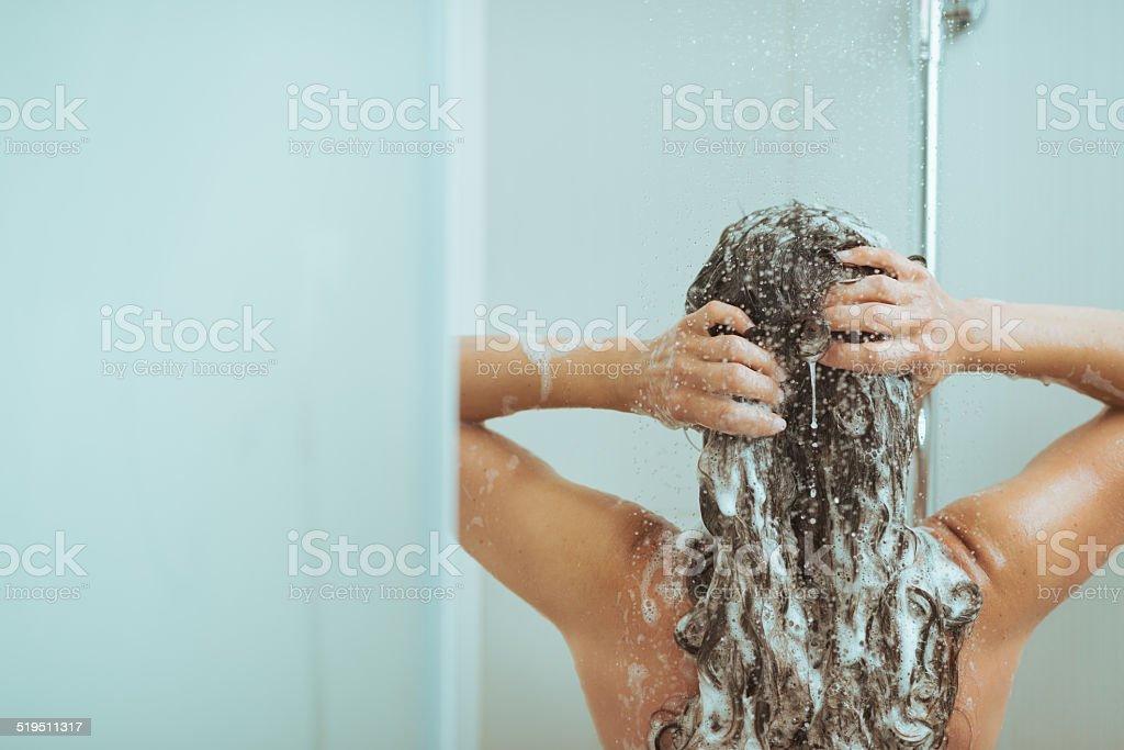 Junge Frau Waschen Kopf mit shampoo. Rückansicht – Foto