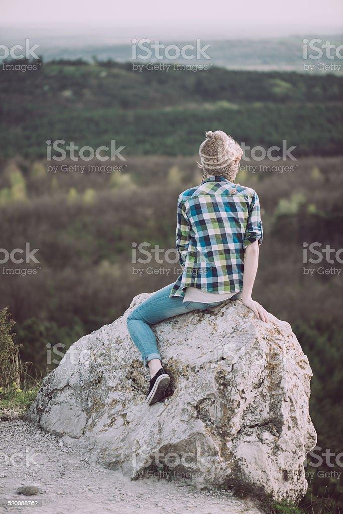 Photo de Jeune Femme En Regardant Paysage Posant En Plein Air ...