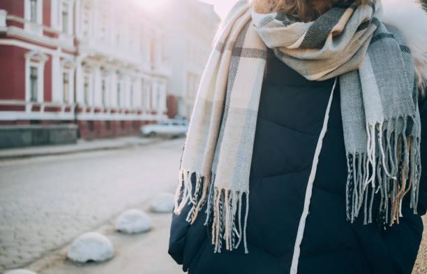 junge frau trägt große wollschal in stadt - wintermantel damen wolle stock-fotos und bilder